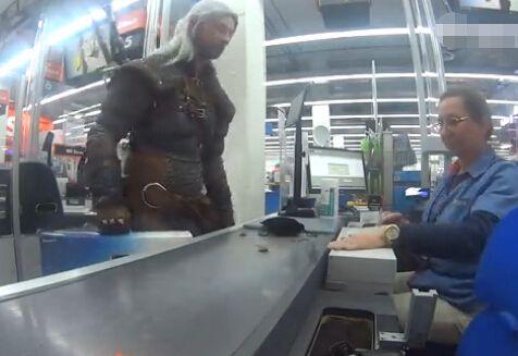 小伙cos《巫师3》杰洛特 用克朗币结账吓坏收银员
