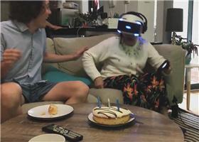 <b>80岁奶奶玩VR被吓惨 摘掉头盔后拿枪怒射</b>