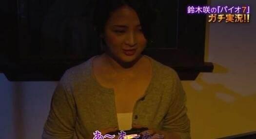 日本女优试玩《生化危机7》 淡定找兵器