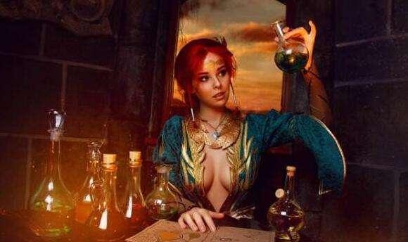 《巫师3》特莉丝惊艳COS美图 前胸后背神还原