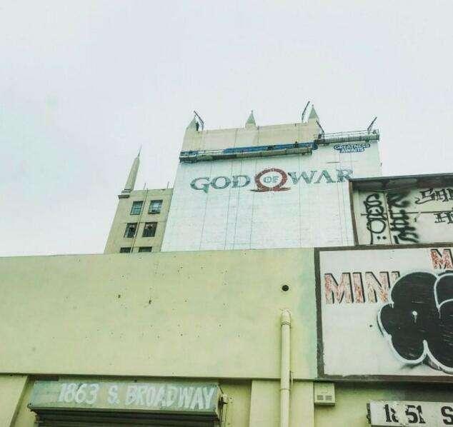 《战神4》奎爷父子现身巨幅墙体广告新图