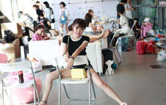 CJ福利图:休息时的Showgirl让你意想不到