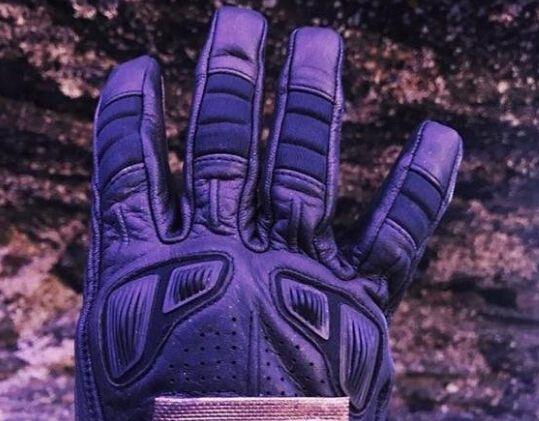 《复仇者联盟4》或开拍:导演晒出神秘手套!
