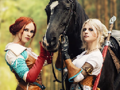《巫师3》特莉丝和希里精美Cos照 林中牵马散步